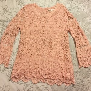 Tops - Adorable lace top with buttoned back